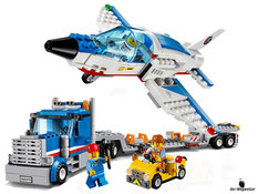 Die Besonderheiten im Lego Paket 60079 sind die abnehmbaren Auflieger und der Jet mit aufklappbarem Cockpit und ausklappbaren Flügel.