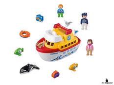 Im Paket Playmobil 6957 ist ein schwimmendes Schiff mit Kapitän, Frau, Junge, Delphin, Hund, Vogel und zwei Fischen mit Zubehör wie Schwimmreifen, Koffer, Reisetasche und Fahne enthalten.