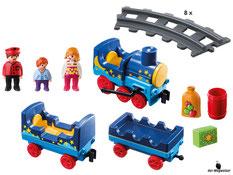 Im Paket Playmobil 6880 ist eine Dampflokomotive, ein Personenwagen und ein Flachwaggon sowie acht Kurven-Schienen enthalten.
