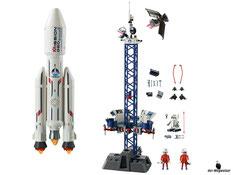 Im Paket Playmobil 6195 ist eine Weltraumrakete mit Basisstation, ein Transportcontainer, eine Wartungsplattform, ein Kontrollzentrum und weiteres Raumfahrt Zubehör enthalten.