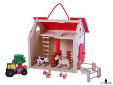 Im Paket Woody ist enthalten ein grosser Bauernhof mit einem Traktor, ein Baum, ein Pony, eine Kuh, zwei Hühner, ein Schwein, eine Katze und drei Zäune.