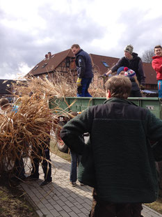 Umso mehr Holz desto besser! Für unser Osterfeuer sammeln wir jedes Jahr das Holz der Adenbütteler ein und bringen es zum Feuerplatz.