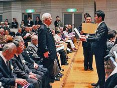 吉田雄人横須賀市長から表彰される今城基