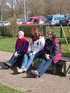 Drei Ladies auf der Bank