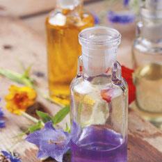 Fläschchen mit Duftölen, Blüten