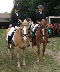 Jasmin (links im Bild) war mit ihrem Amiro 0,1 Punkte in der A-Dressur besser als Maren mit Glückspilz ;-) . Daher 10.Platz für Jasmin und 11.Platz für Maren.