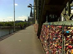 ...ich hätte nicht gedacht dass es soooooo viele Schlösser sind die an der Brücke hängen!