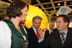 Ministerin Ilse Aigner im Gespräch mit dem Edeka-Vorsitzenden bei der Grünen Woche 2009. In der Mitte Berlins Reg. Bürgermeister Wowereit. Foto: Helga Karl
