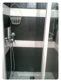 Cabine de douche  des sanitaires en commun aux deux chambres