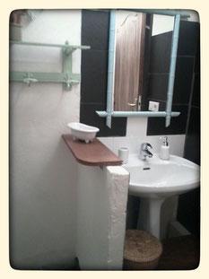 Lavabo des sanitaires en commun aux deux chambres
