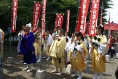 菅原神社で祈祷を行う