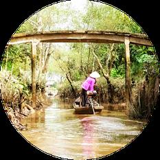 Frau allein unterwegs in einem Boot im Delta des Mekong im Sueden von Vietnam