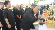 八重山戦争マラリア犠牲者追悼式で焼香する参列者=23日午後、同慰霊之碑前