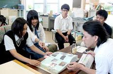 バニラを活用した商品開発に向けて、企業との話し合いを行ったアグリリサーチ部の生徒たち=10日午後、八重山農林高校