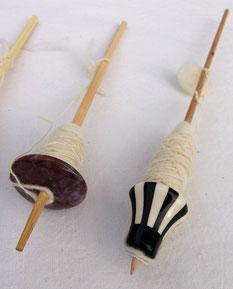 Handspindeln aus braunen Halbedelsteinen oder bunter Keramik