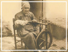 Amama vasca hilando lino con la ayuda de su rueca. La humanidad lleva trabajando esta fibra vegetal desde hace al menos 10.000 años.