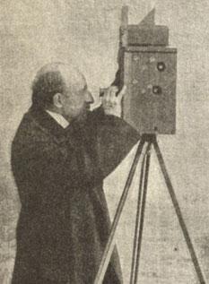 Louis Ducos du Hauron lors d'une démonstration à la Société française de Photographie en 1897. Il procède à la mise au point sur son Chromographoscope (bulletin SFP).