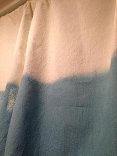 昨年参加したワークショップにて、盛岡からの生藍を使って暖簾を染めました。生ならではの美しい色合い。植物の恵みには、こうした1面もあり、できれば東北現地での体験も含めて取り入れていきたいと思っています。