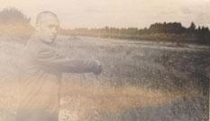 Лемпетс Э.Г. показывает место, где он убил выстрелом в спину красноармейца Смирнова, Моглино, Псков