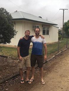 freaky finance, mit Leser Stefan vor seinem Haus auf einem Weingut in Südasutralien, 2 Männer in T-Shirt und kurzen Hosen vor einem Haus
