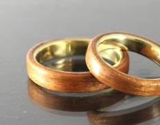 Eheringe in Gold und Holz Kirsche von Patrizia Mohr