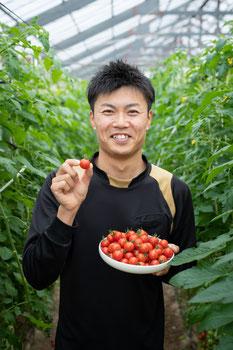 美味しいミニトマトで笑顔の子供