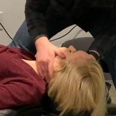 頸椎をアジャストする女性