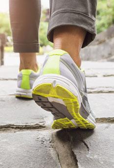 Füße einer Frau mit Sportschuhen