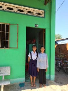 Thu Thảo và cô trước cửa nhà trọ