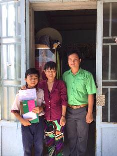 Trước cửa nhà  Khang - mẹ - thầy Quang