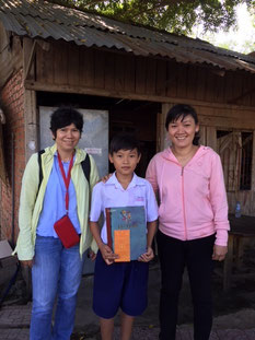Minh Khôi và mẹ, trước cửa nhà