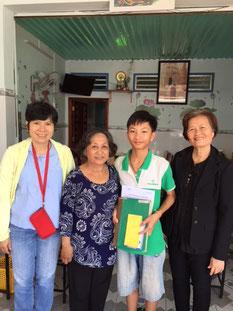 Nam Khang và bà nội trong quán cơm chay