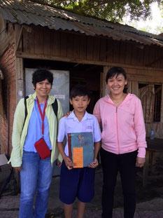Minh Khôi und seine Mutter vor dem Haus