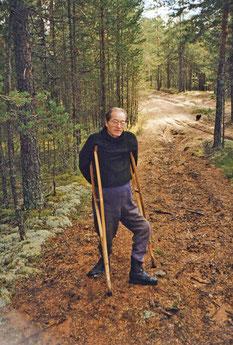 Несмотря на недуг, Евгений Валерьевич оставался страстным грибником. На даче В Псковской области. 1997 г.