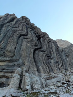 Incroyable plissement de la roche vers le col de Bostan