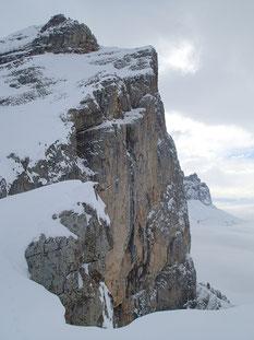 Vue spectaculaire depuis le sommet sur les falaises de La Croix de Fer. De l'ambiance!