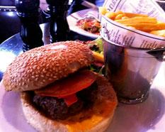 Cheeseburger, pomme allumette, salade verte du Percier