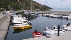 Der schmale Hafen von Limni