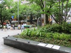 表参道の平和を願う記念碑の建つ緑地