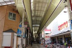 約800mに及ぶ三条通に様々な店が『365日晴れの街』