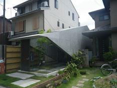 美しいファサードと曲面の京都の建物