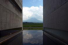 大山を臨む『植田正治写真美術館』