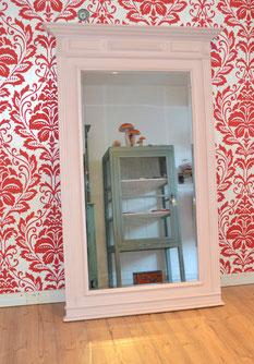 Auf dem Bild ist ein grosser, antiker Spiegel zu sehen, der mit der Annie Sloan Kreidefarbe im Farbton Antoinette gestrichen wurde und der von Nouvelle-Antique aus Aachen verkauft wird.