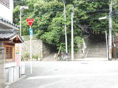 三光神社の東側の階段。写真の左端がその祠