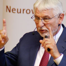 Prof. Dr. Dr. Gerhard Roth während eines Vortrags