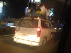 Ein schwerst beladenes syrisches Auto.