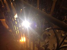 Blick durch's Geländer dem Licht entgegen.