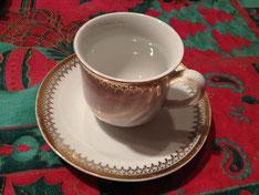Für mich Premiere: weißer Kaffee. Enthält Rosenwasser und schmeckt wie Parfüm. Soll die Verdauung anregen.