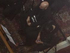 Trompeter Nr. 2 beschäftigt sich, während die anderen spielen.