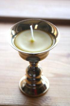 Ahnenlicht im Stil einer tibetischen Butterlampe aus Messing und Bio - Bienenwachs. Durchmesser 7 cm, Höhe 9 cm. Für die vegane Variante kann das Licht aus normalem Wachs gegossen werden. Das Gefäß kann ebenso zum Räuchern genutzt werden. Stk. 18 €